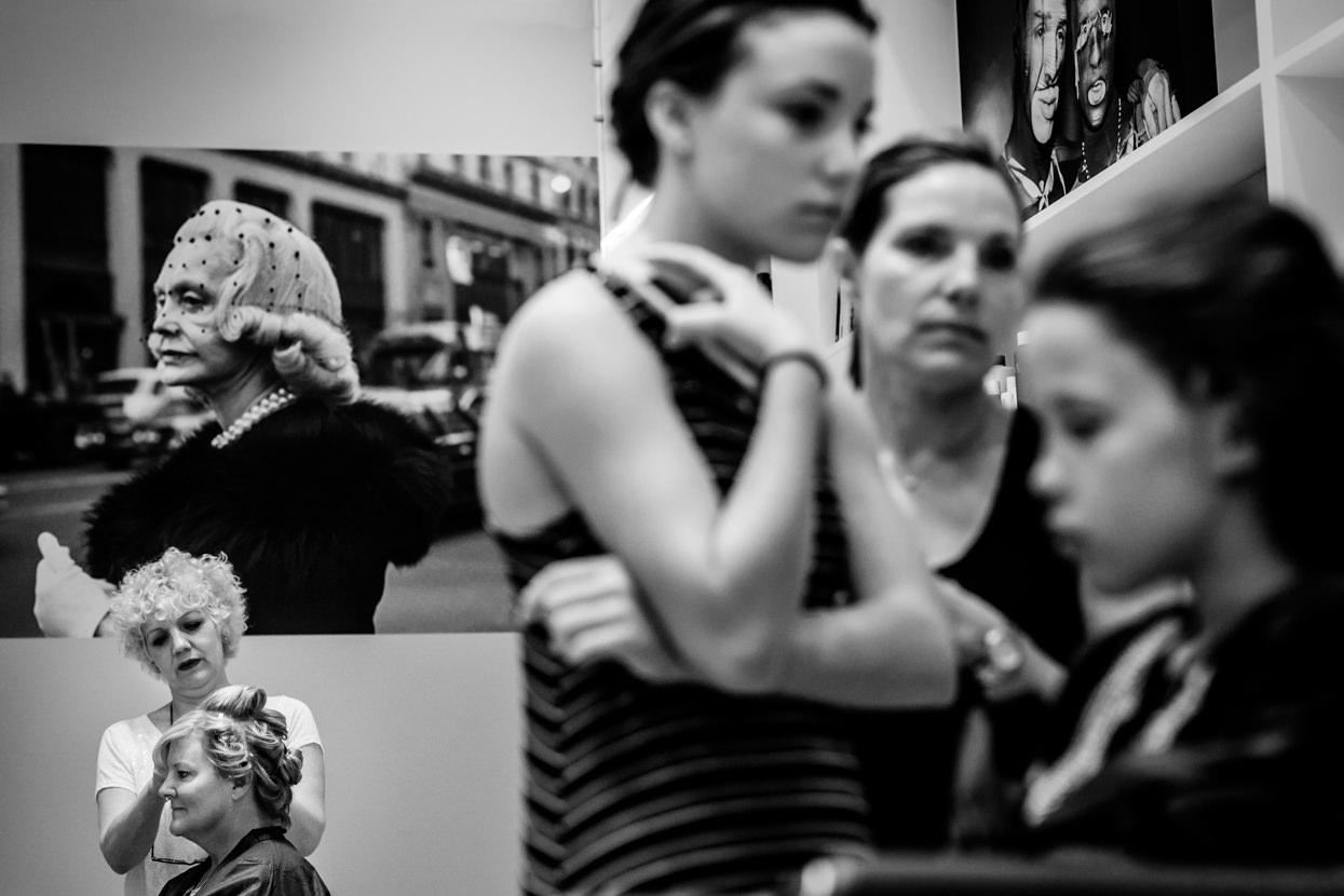 fotógrafo de boda en igeldo madre de la novia en la peluquería