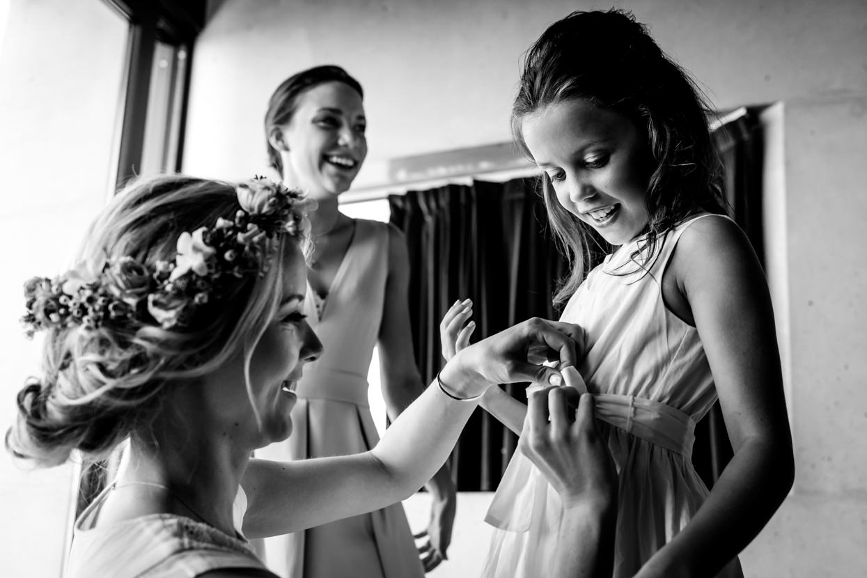 fotógrafo de boda en igeldo novia vistiendo a las damas de honor