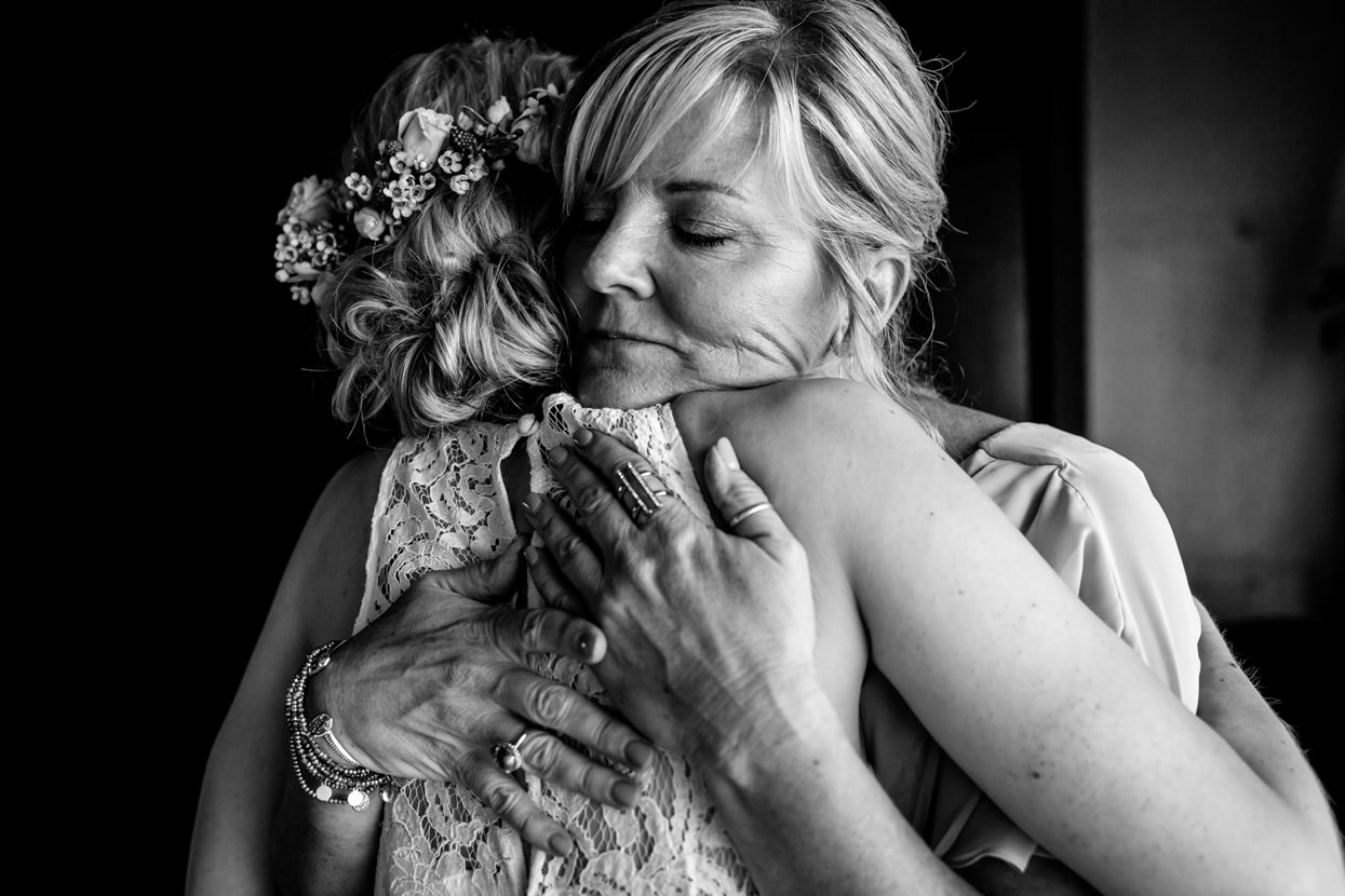 boda en igeldo madre abrazando a novia