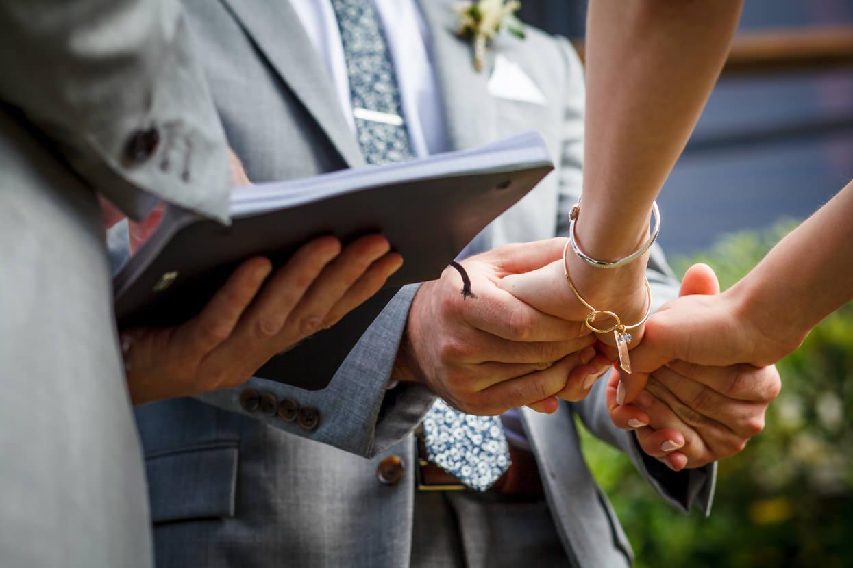 fotógrafo de boda en donostia novios dándose la mano
