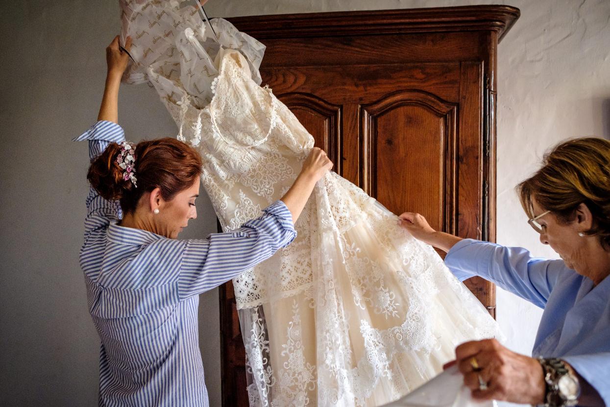 Novia prepara vestido de boda