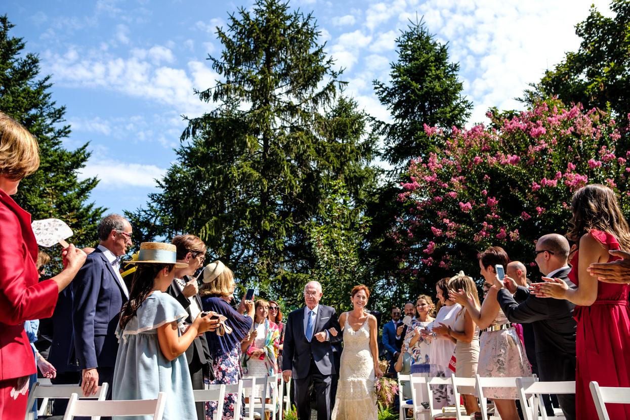 Novia llega con padre a ceremonia de boda en finca Machoenia