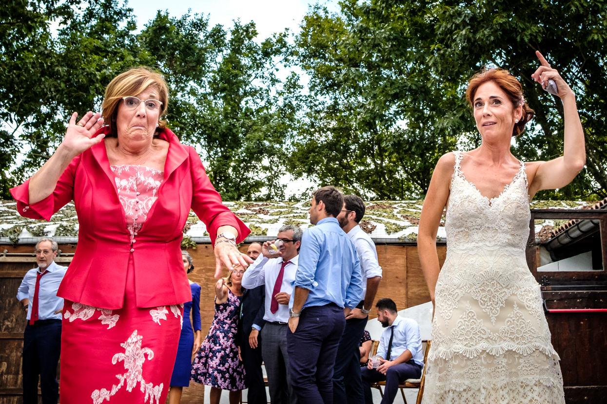 Madre y novia bailan en boda
