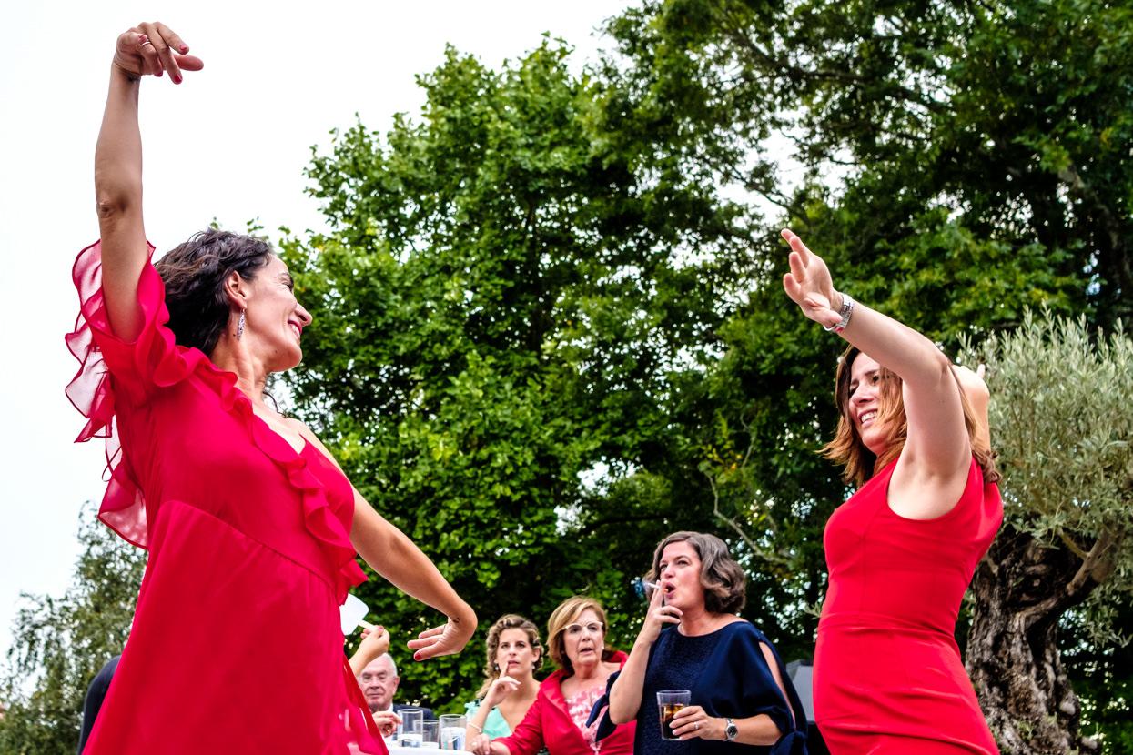 Invitadas bailan sevillanas en fiesta de boda