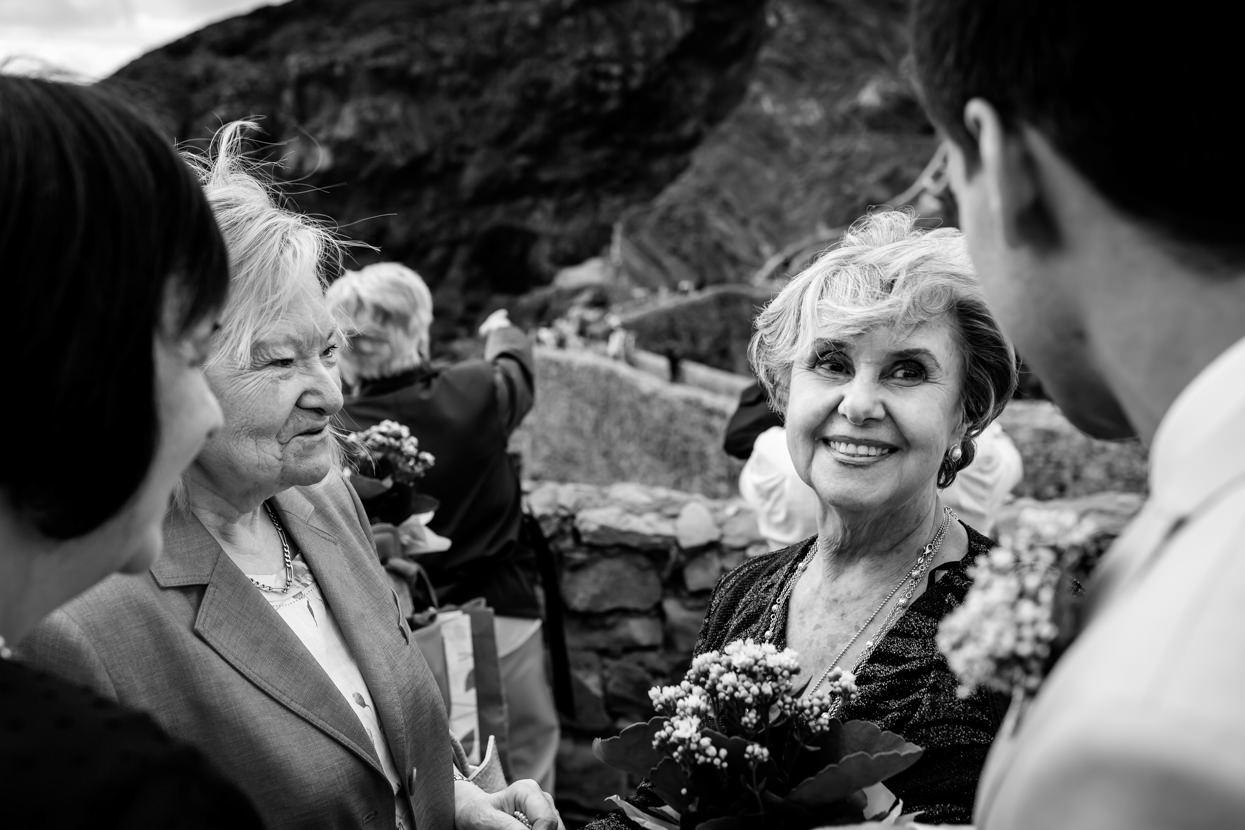 Fotógrafo de boda en Gaztelugatxe. Invitados en ceremonia