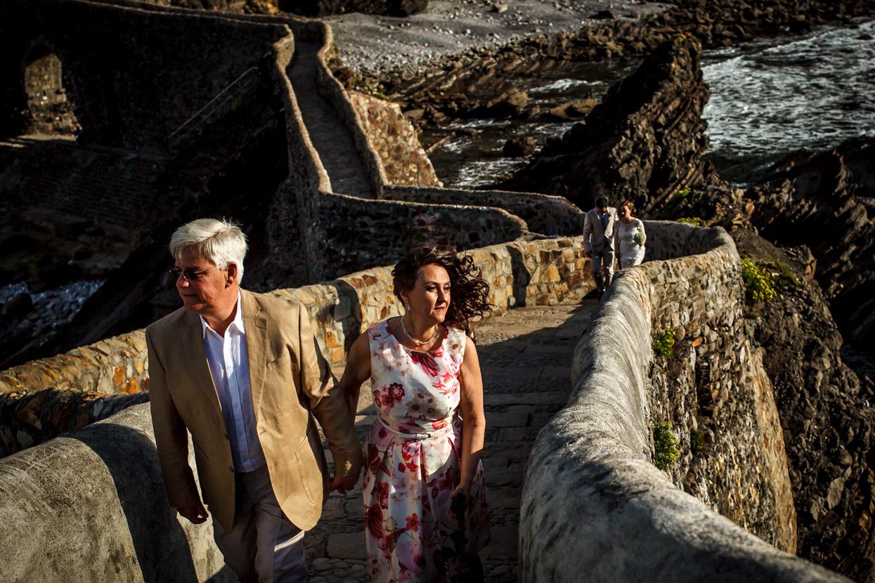 Novios y padres camino a la ceremonia de boda