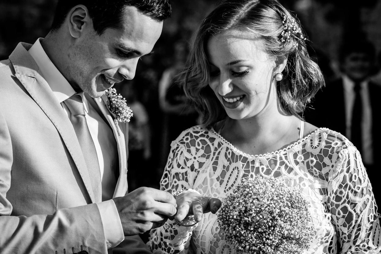 Ceremonia de boda. Novio pone anillo