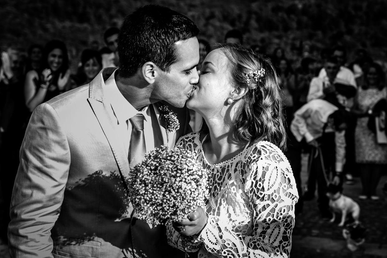 Ceremonia. Beso de novios en Gaztelugatxe
