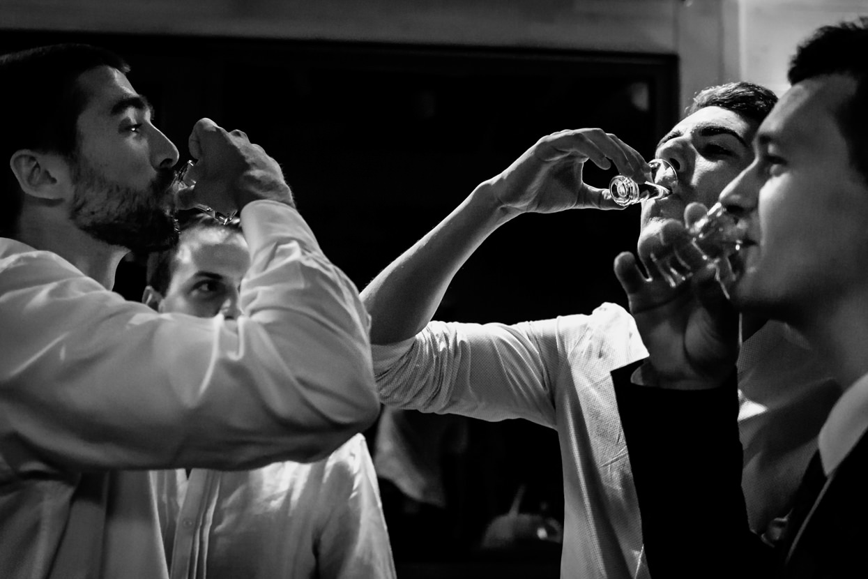 Invitados beben tequila en boda en Bizkaia