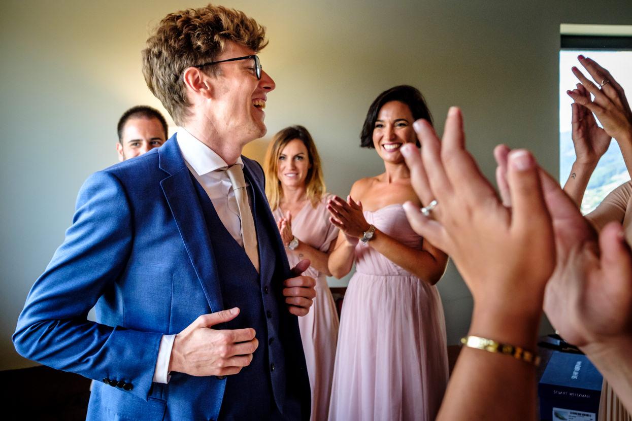 Novio se viste de boda en Hika Txakolindegia