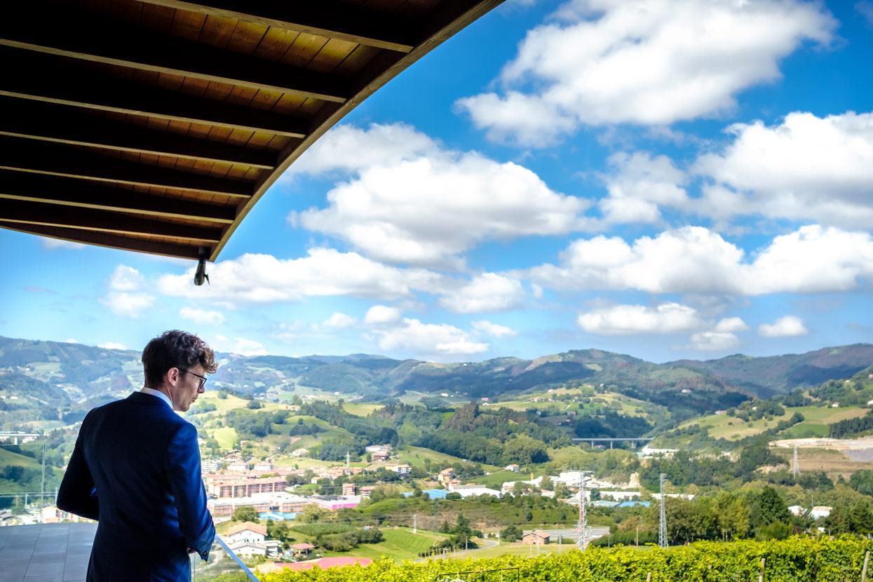 Novia mira paisaje en Hika Txakolindegia