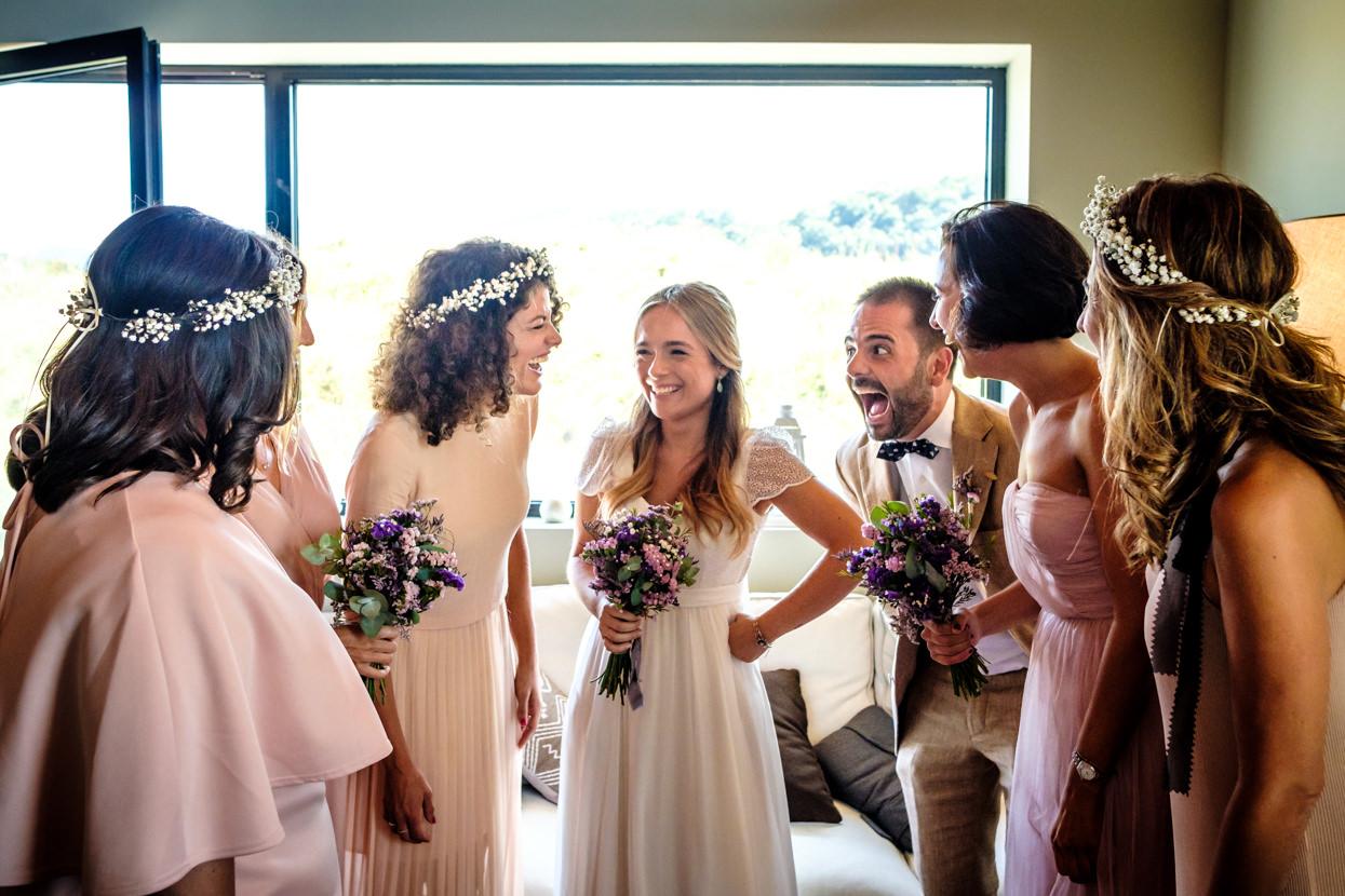 Preparativos de boda en Hika Txakolindegia. Novia con amigas