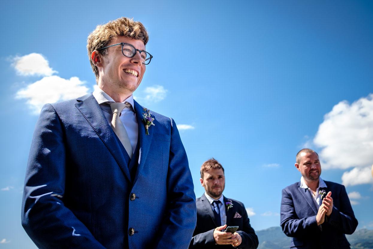 Novio espera a novia en ceremonia de boda