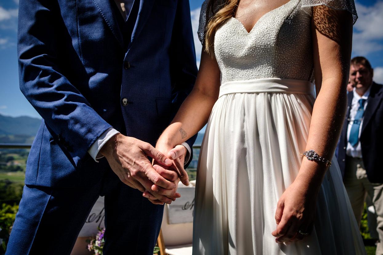 Detalle de ceremonia de boda. Novios se dan las manos
