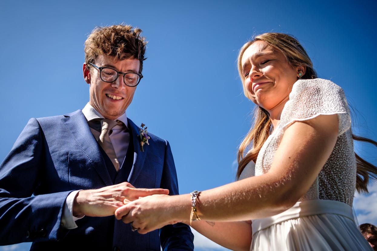 Detalle de ceremonia de boda. Los anillos