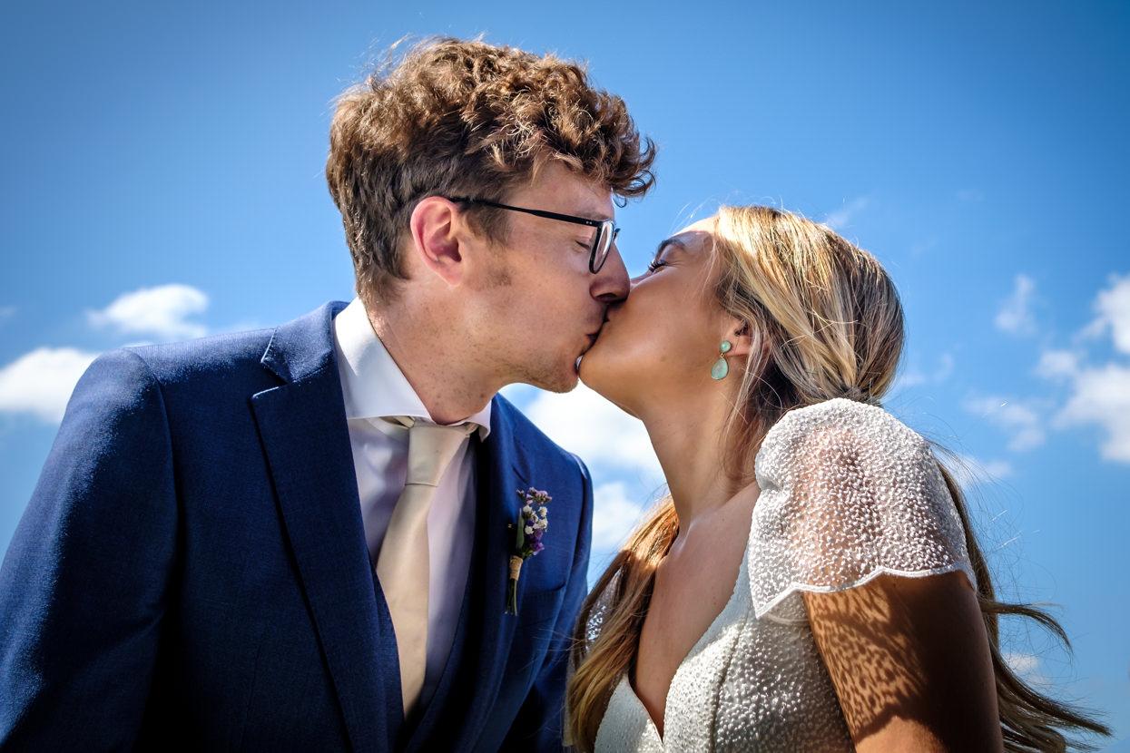 Beso de novios en ceremonia de boda en Hika Txakolindegia
