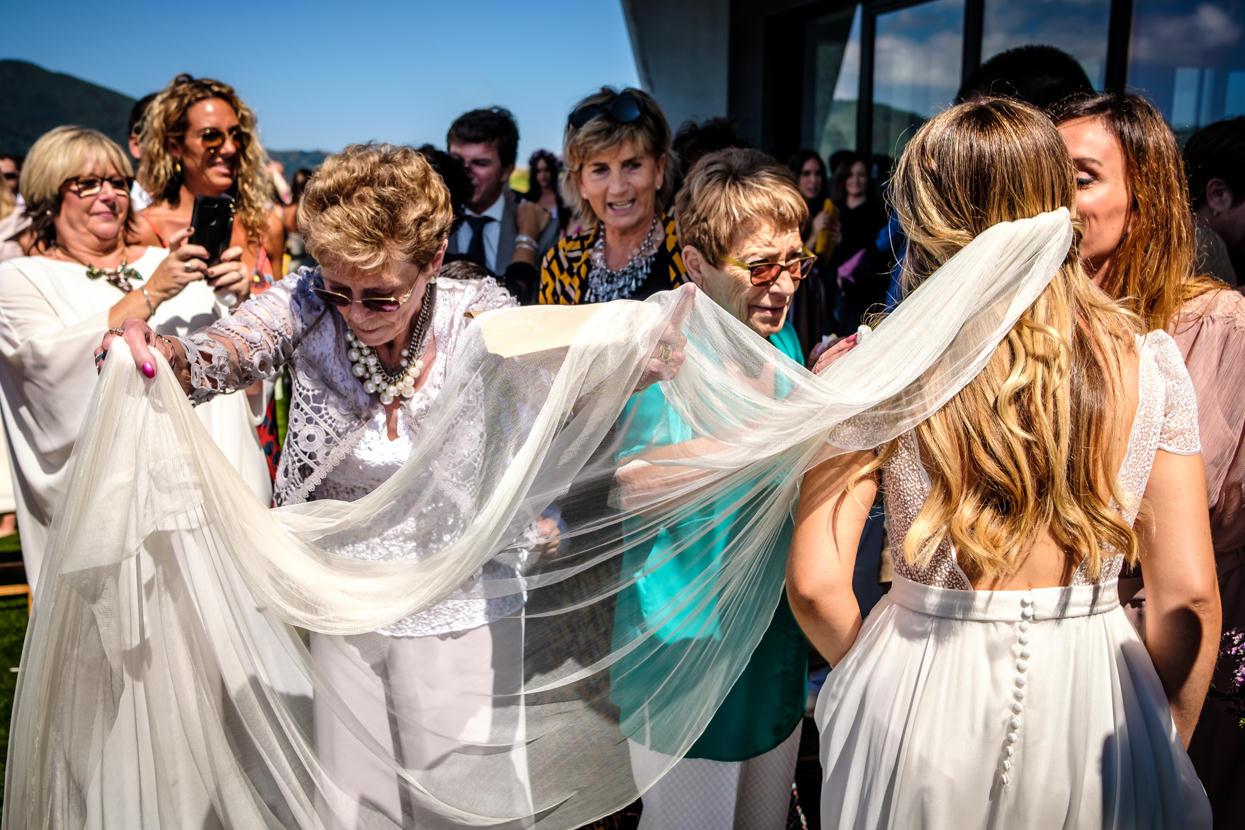 Abuela coloca velo de vestido de novia