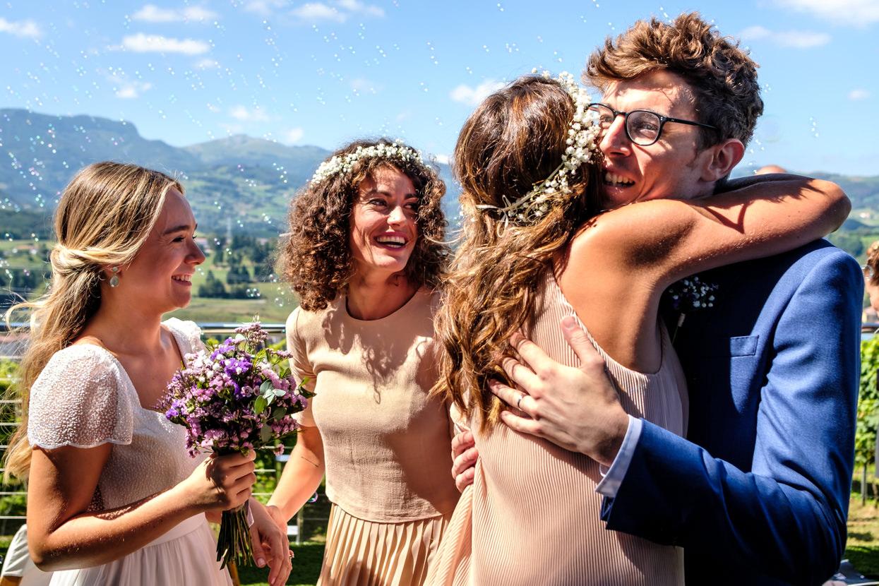 Invitada abraza a novio en boda