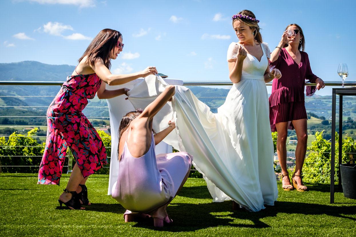 Invitadas colocan cola de vestido de novia