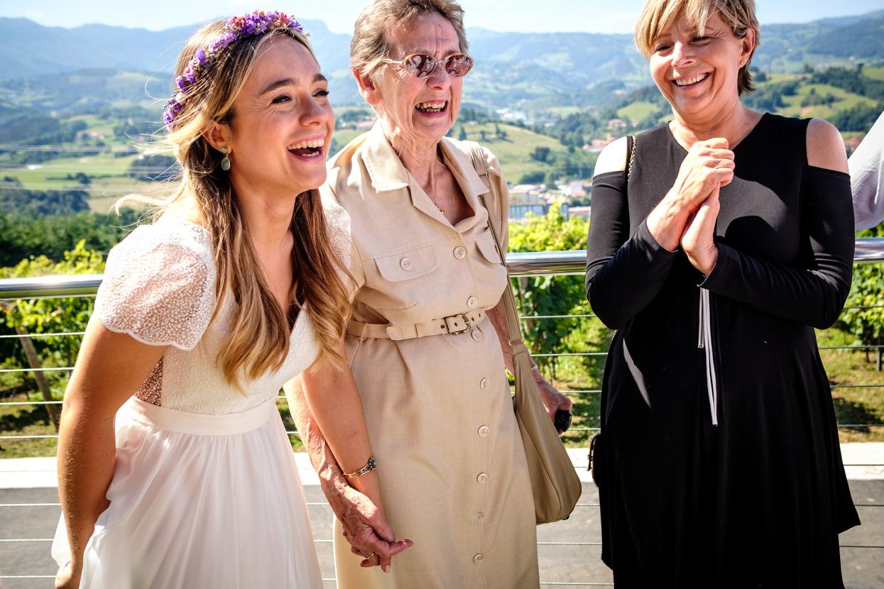 Novia feliz en boda en Hika Txakolindegia