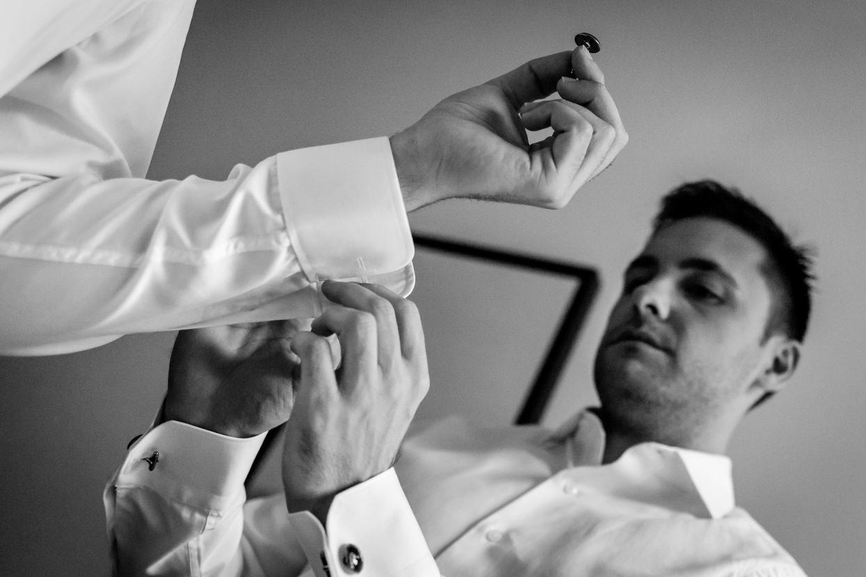 Preparativos del novio en boda en el hotel balneario Elgorriaga. Gemelos