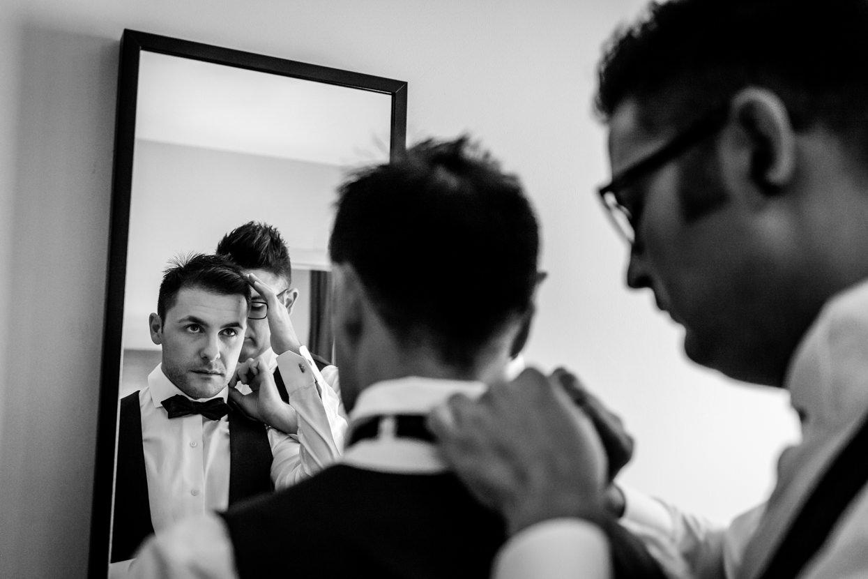 Preparativos del novio en boda en el hotel balneario Elgorriaga. Pajarita