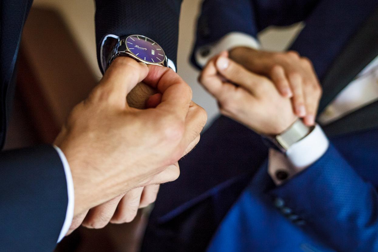 Preparativos del novio. Detalle de reloj