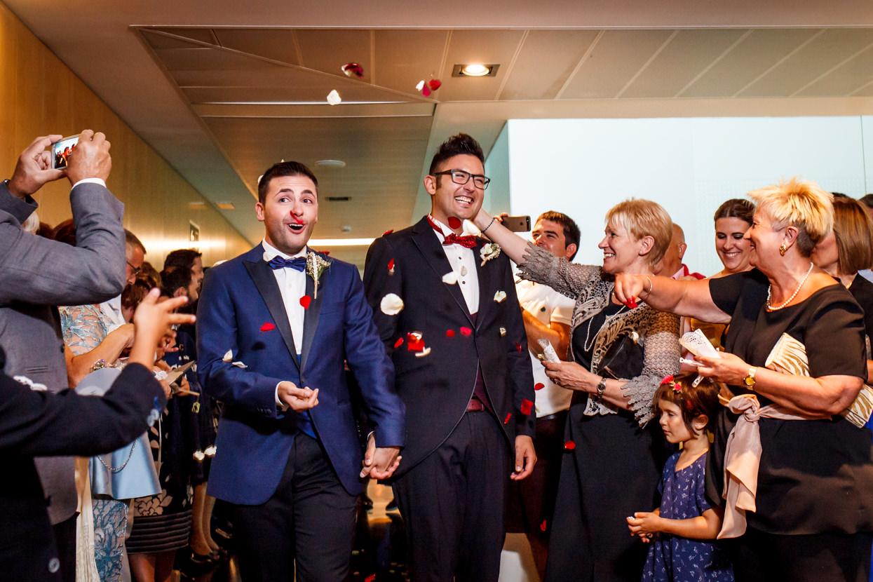 Salida de los novios de la ceremonia de boda