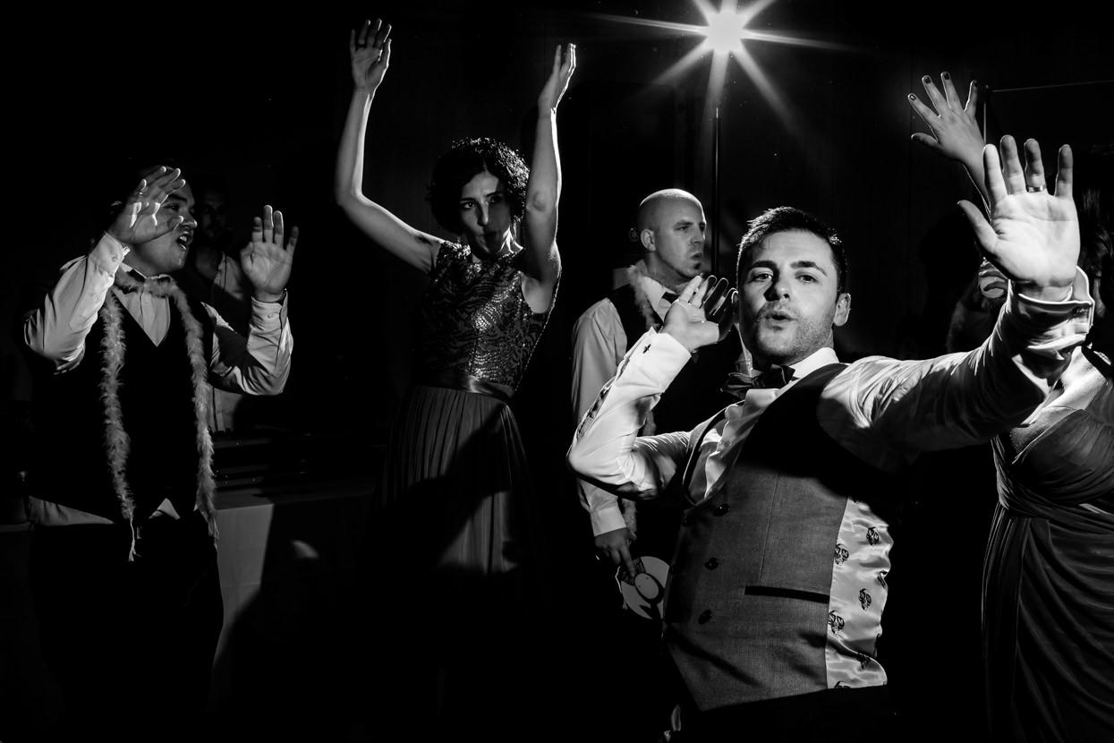 Novio baila en fiesta de boda