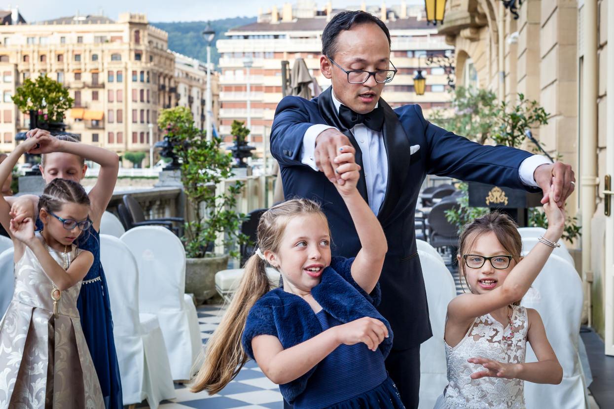 Novio baila con niñas en hotel María Cristina de San Sebastián