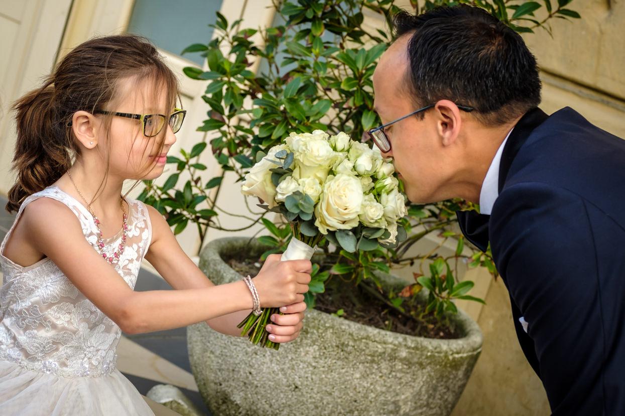 Novio y ramo de flores de novia en boda en San s¡Sebastián