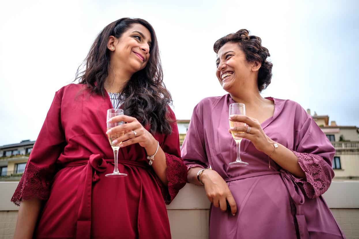 Invitadas de boda en Donostia beben champán