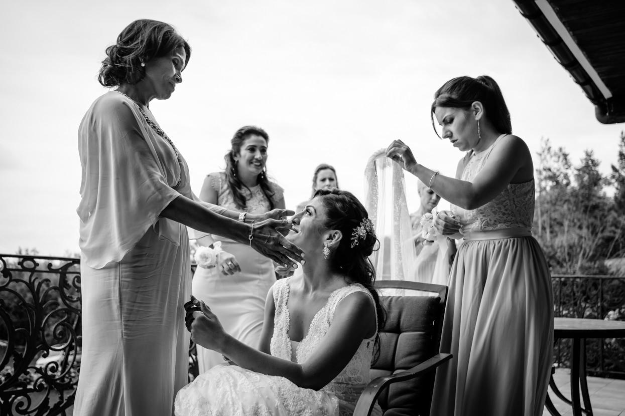 Madre acaricia a novia en finca Itxasbide