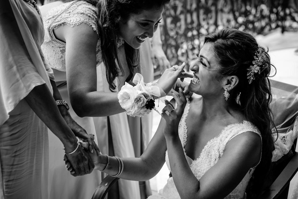 Amiga limpia dientes a la novia en Itxasbide