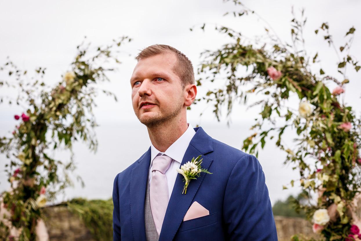 Novio emocionado en ceremonia de boda