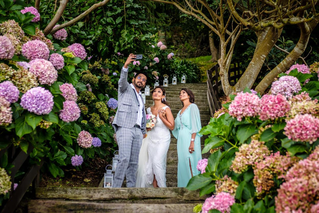Hermano saca selfie con madre y novia en boda