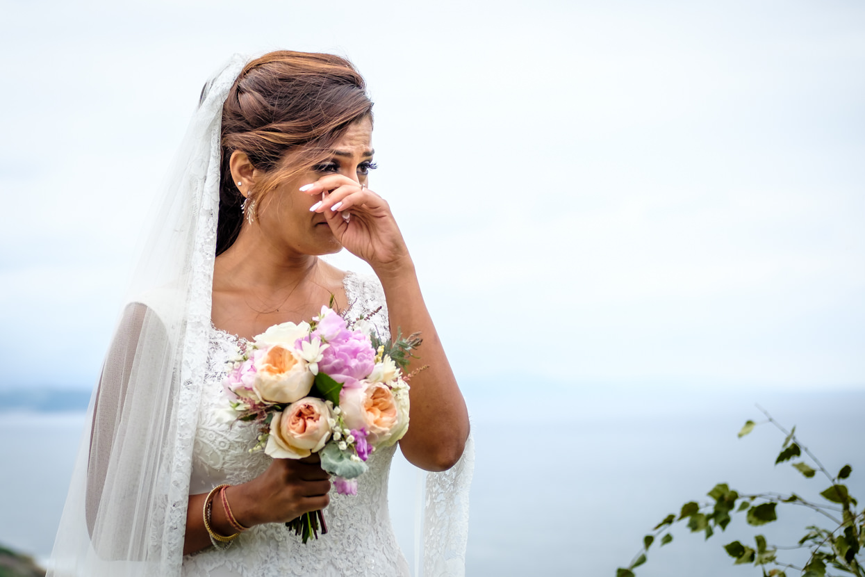 Novia emocionada en boda en Donostia