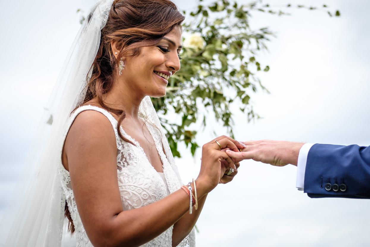 Ceremonia en Itxasbide. Novia pone anillo a novio