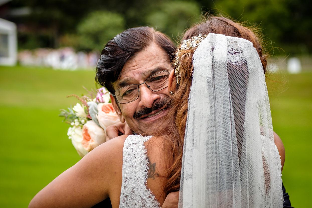 Padre abraza a novia en boda en San Sebastián
