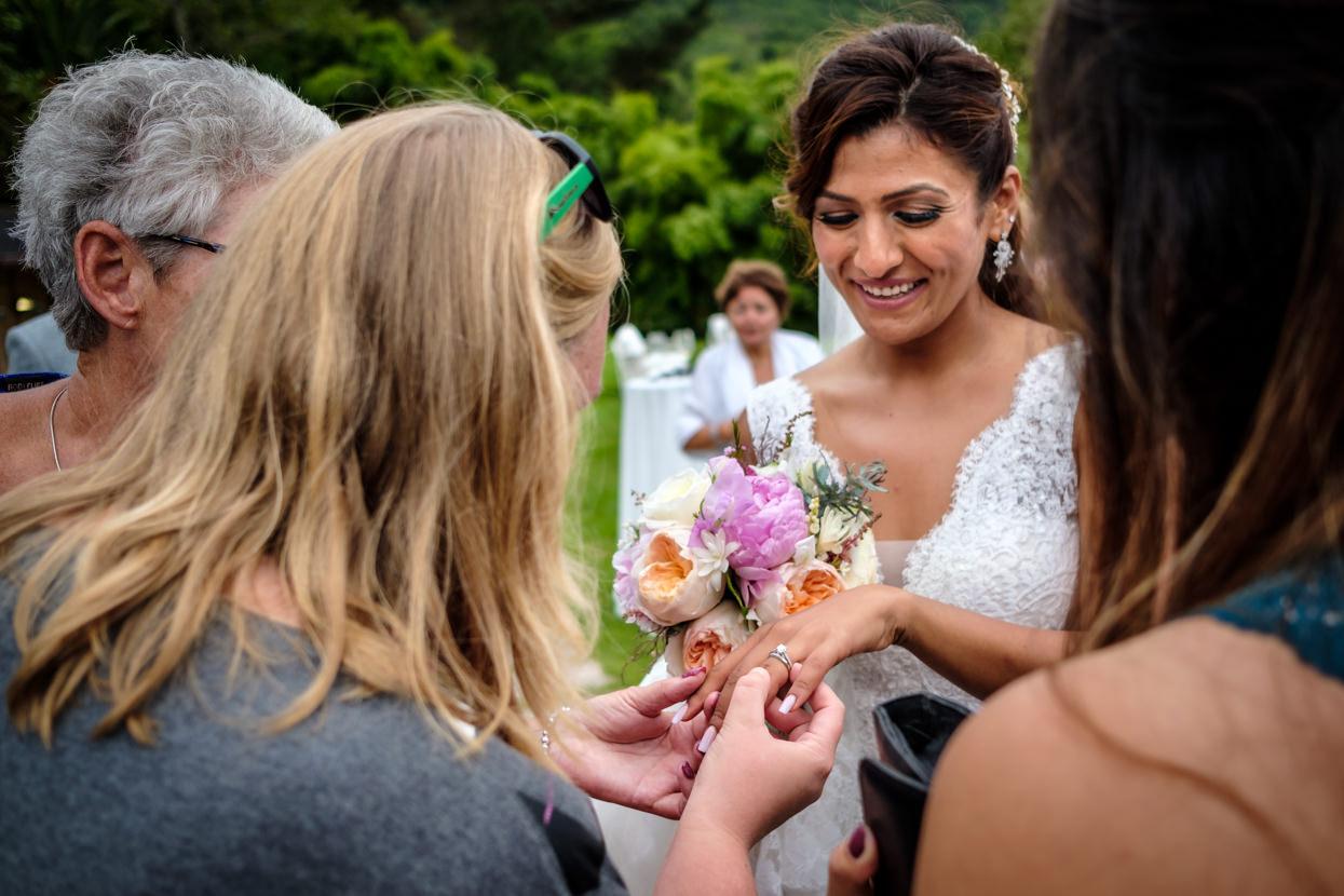 Novia enseña anillo en cóctel de boda