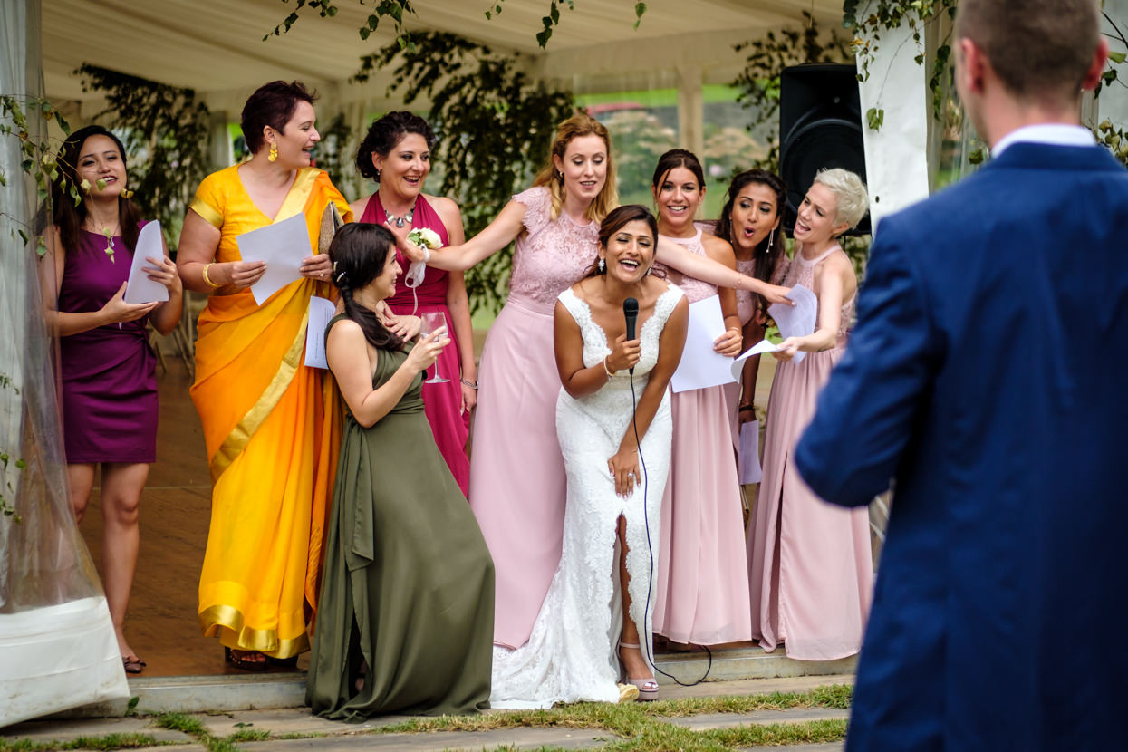Novia canta con invitadas en boda en San Sebastián