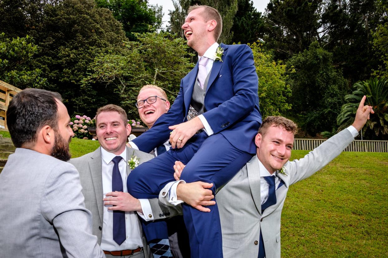 Novio a hombros en boda en Gipuzkoa