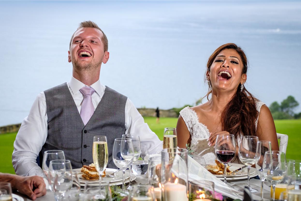 Novios ríen en banquete de boda en San Sebastián