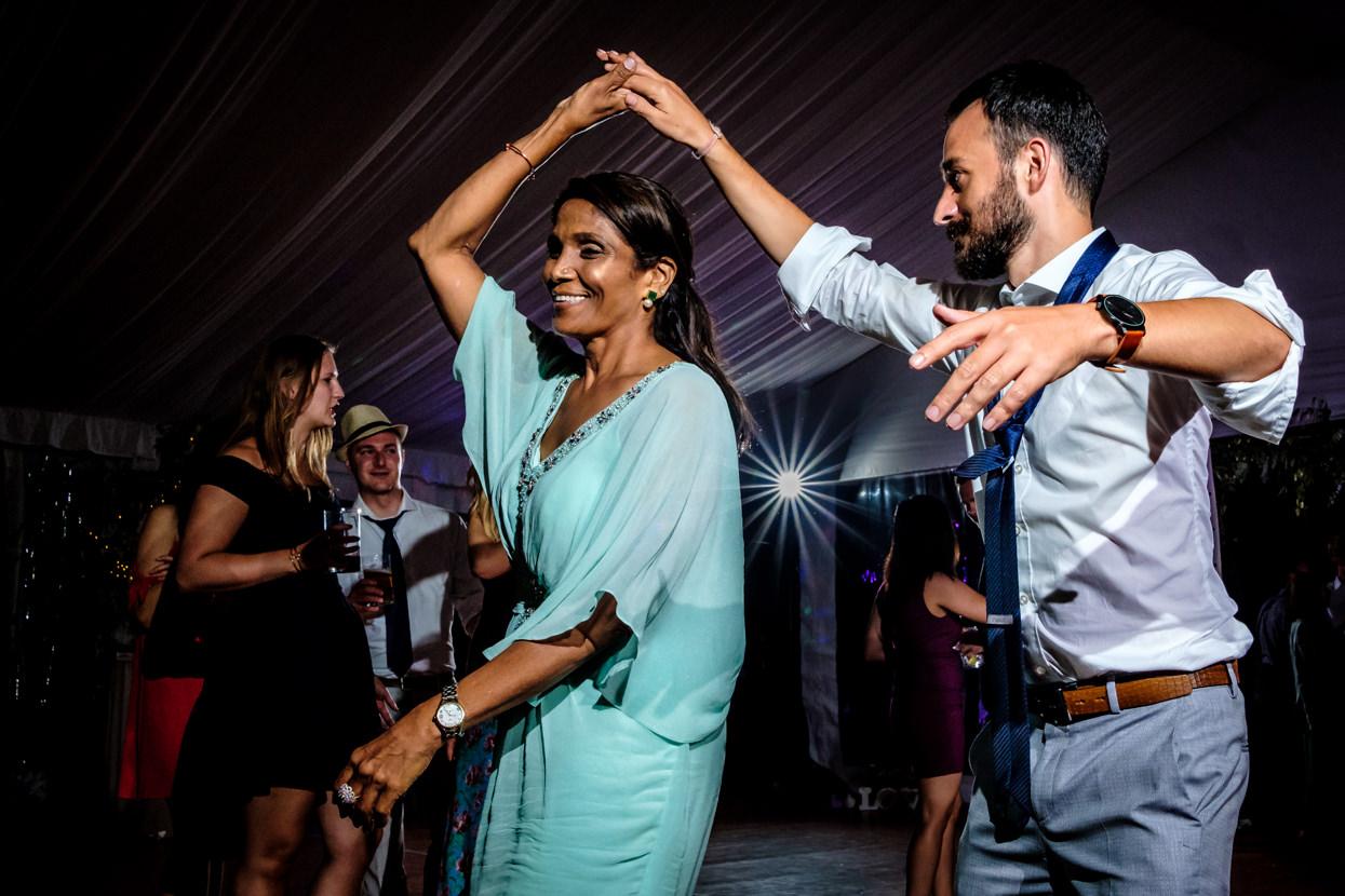 Madre de novia baila en boda en Gipuzkoa
