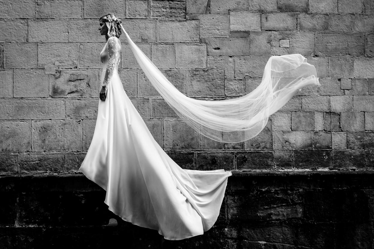 Vestido de novia con velo al viento
