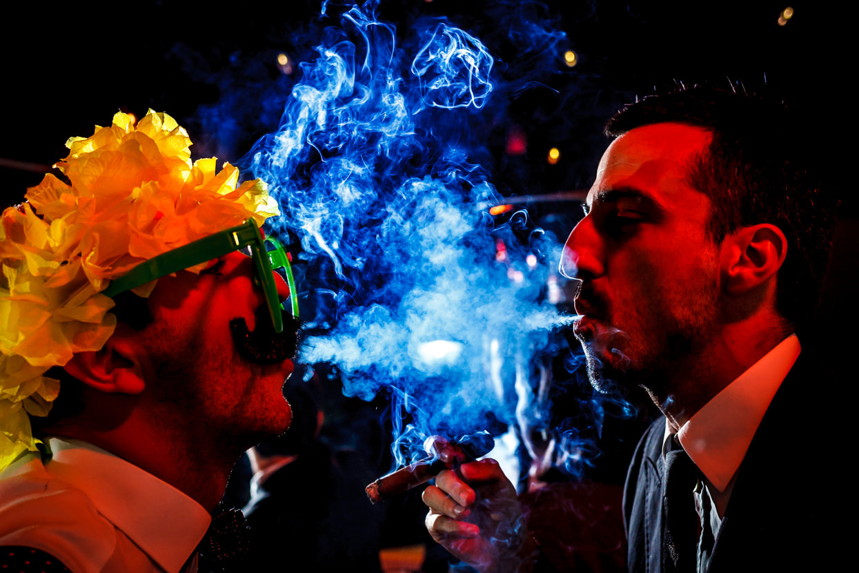 Invitados fumando en boda