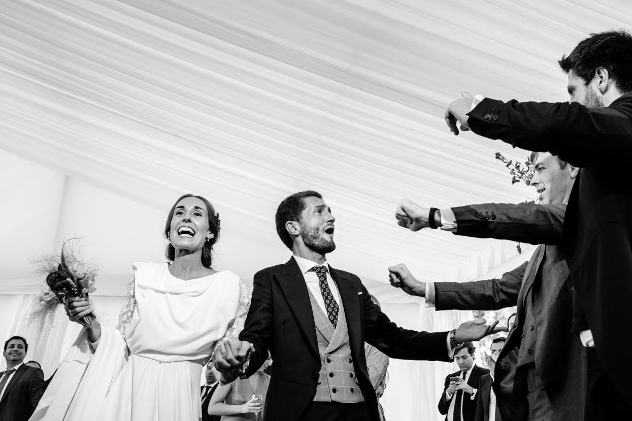 Novios celebrando boda en finca Itxasbide