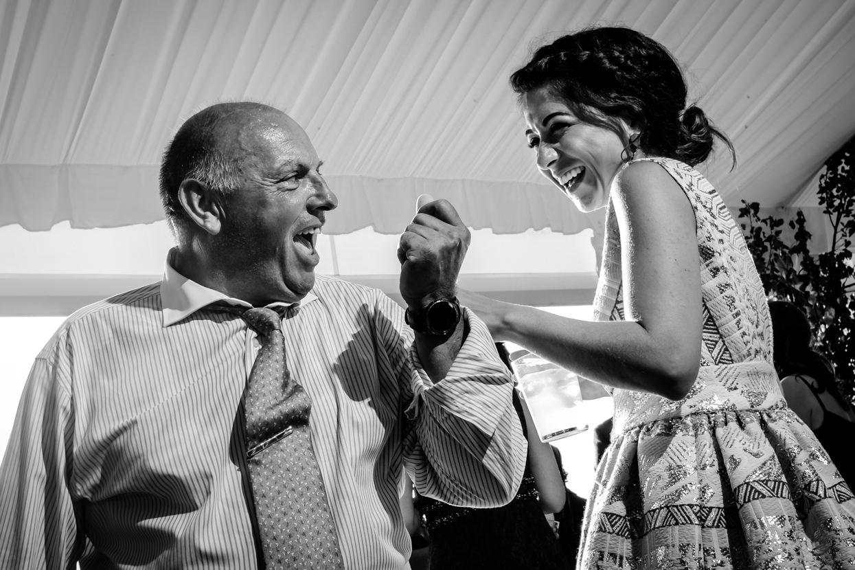Invitados en baile de fiesta de boda