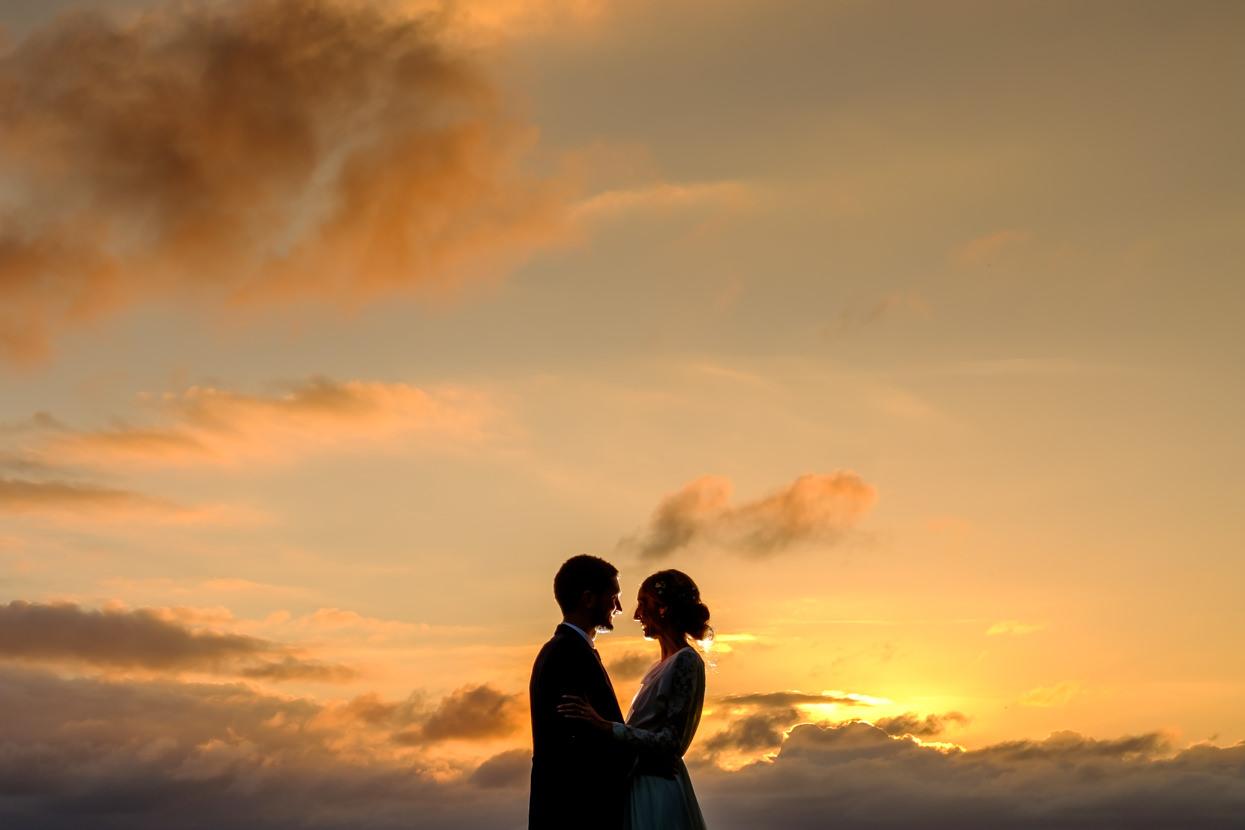 Foto de boda de pareja en puesta de sol en Igeldo