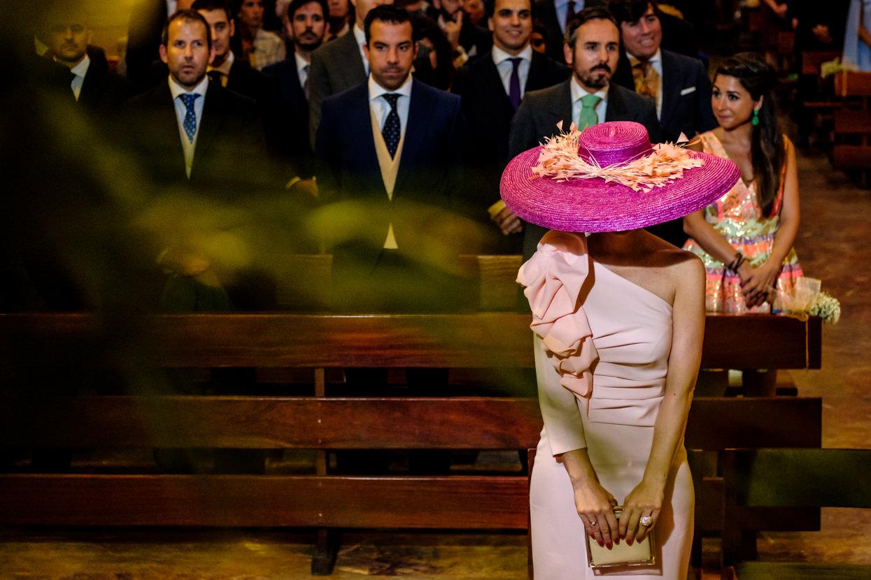 Invitada con pamela en ceremonia de boda